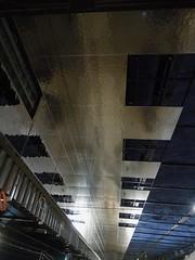 RU24 ESL laituseinä -ja alakattotyöt asemahallissa käynnissä