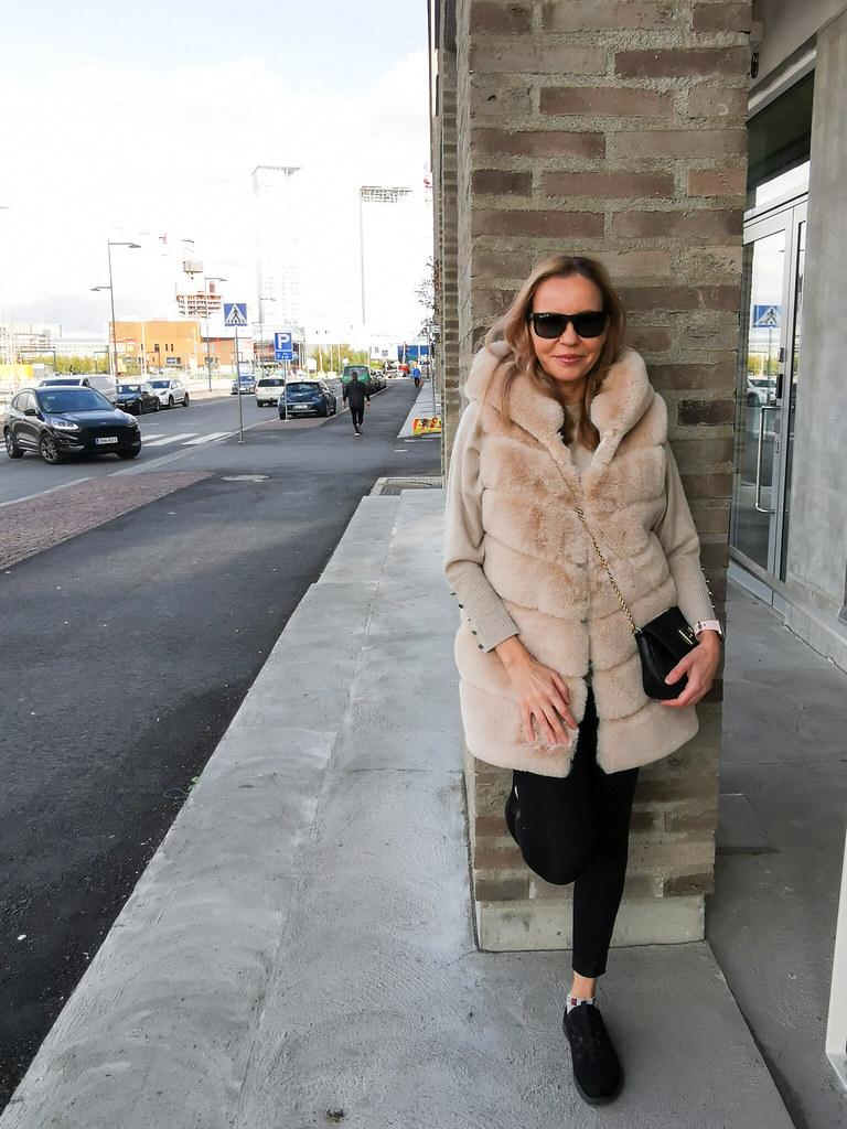 My Fake Fur Vest, Businesswoman