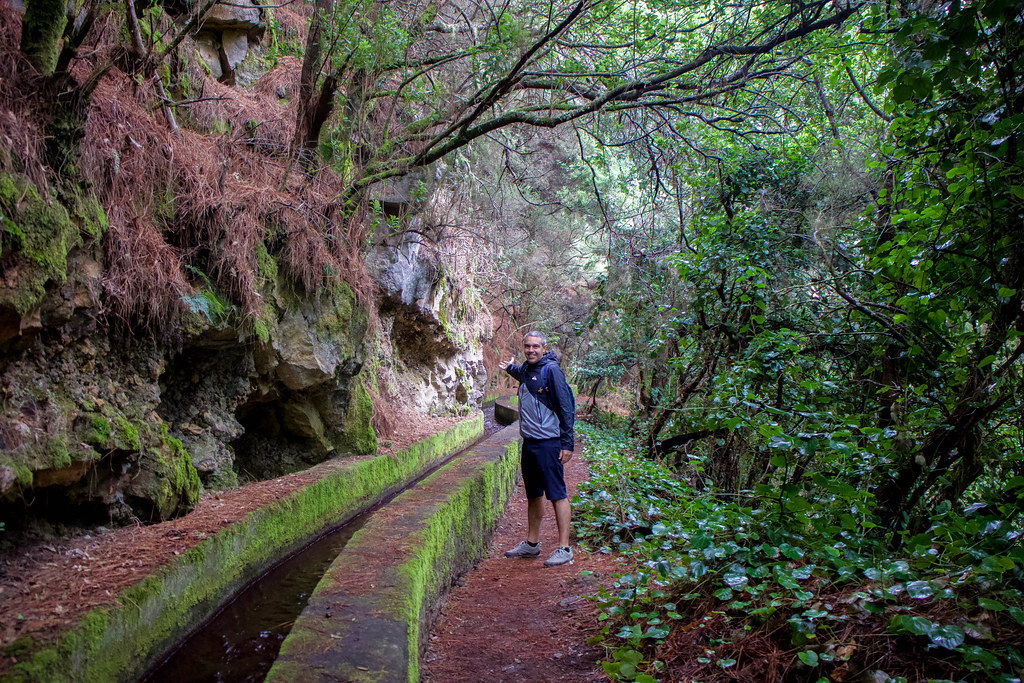 Canal de agua en el sendero de Marcos y Cordero