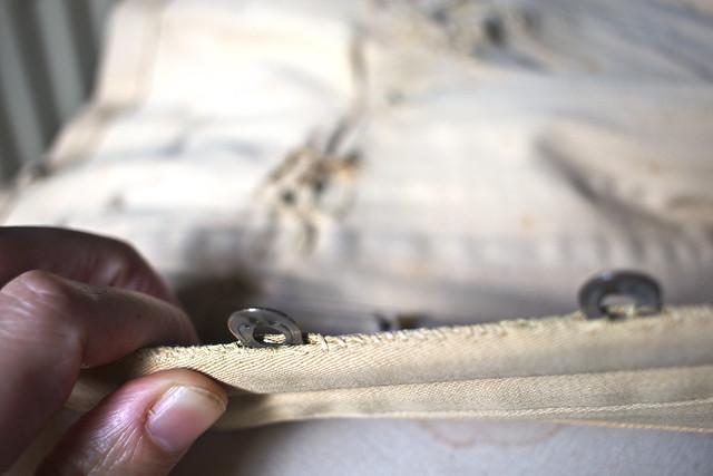 Photo de corset ancien, détail du montage du busc