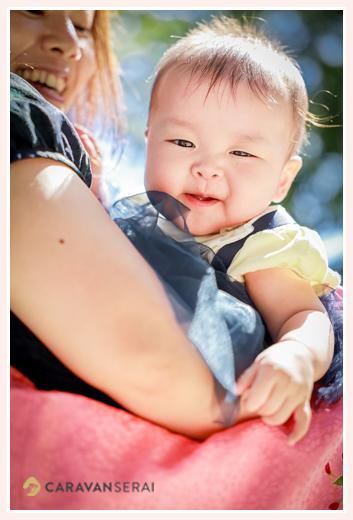 ママに抱っこされる赤ちゃん 女の子