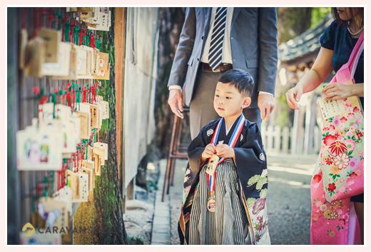 七五三 願い事を書いて神社の境内に吊るす男の子