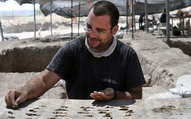 5789 1,100 years old 425 Islamic Gold Coins discovered in Israel 04