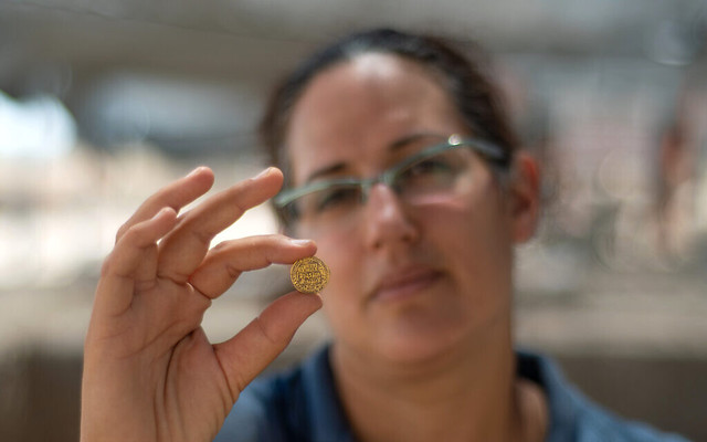 5789 1,100 years old 425 Islamic Gold Coins discovered in Israel 05