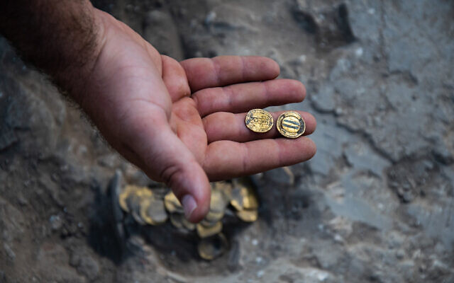 5789 1,100 years old 425 Islamic Gold Coins discovered in Israel 02