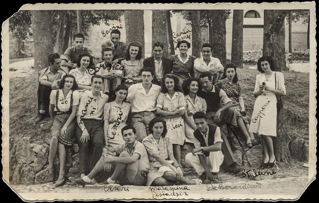 Ascoli com'era: liceali  in posa (1945)