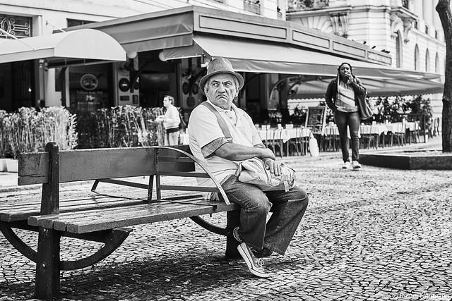 Mann auf Sitzbank
