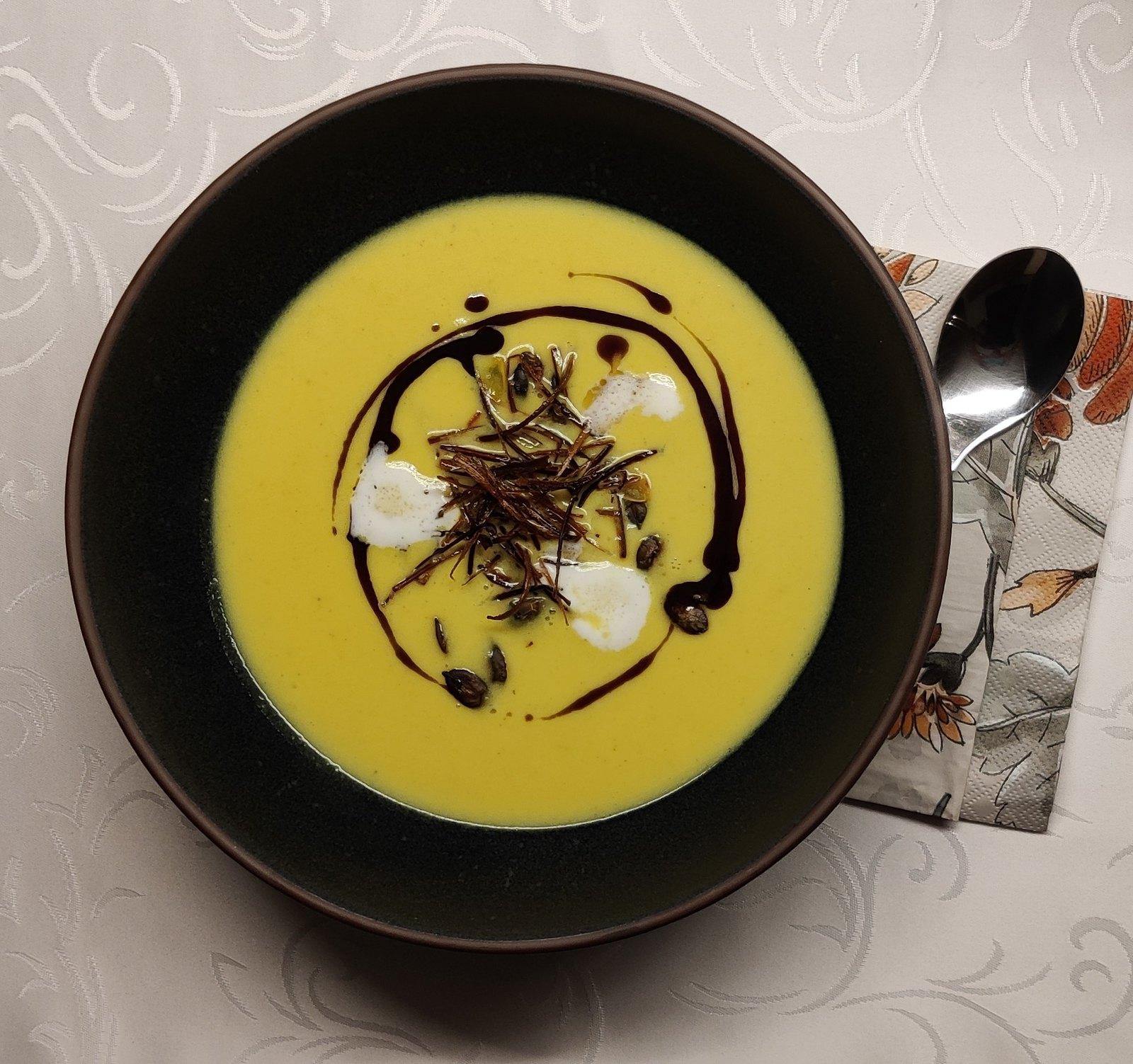 Steirische Kürbissuppe mit frittierten Lauchstreifen