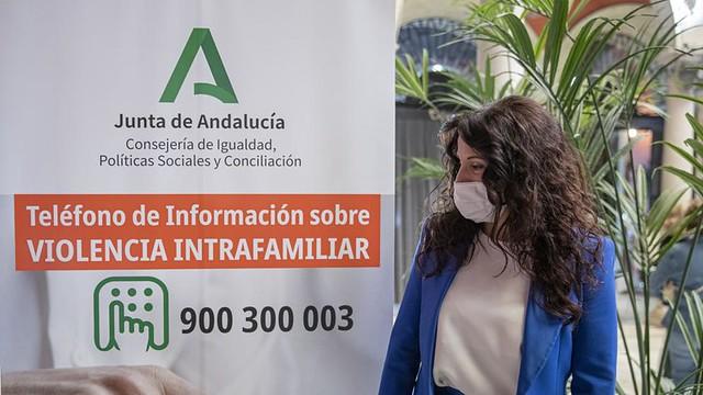 La consejera Rocío Ruiz presenta el teléfono. María José López  - EP
