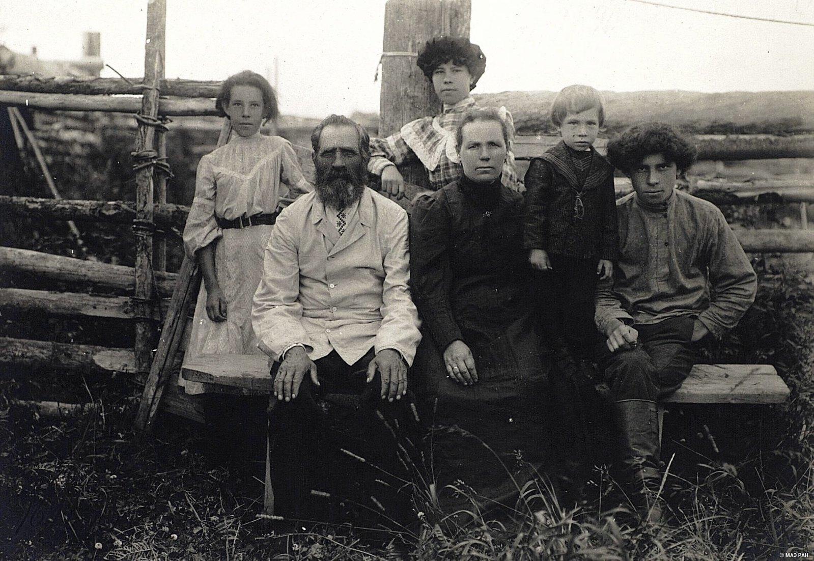 Фельдшер И.Г.Козырев с семьей