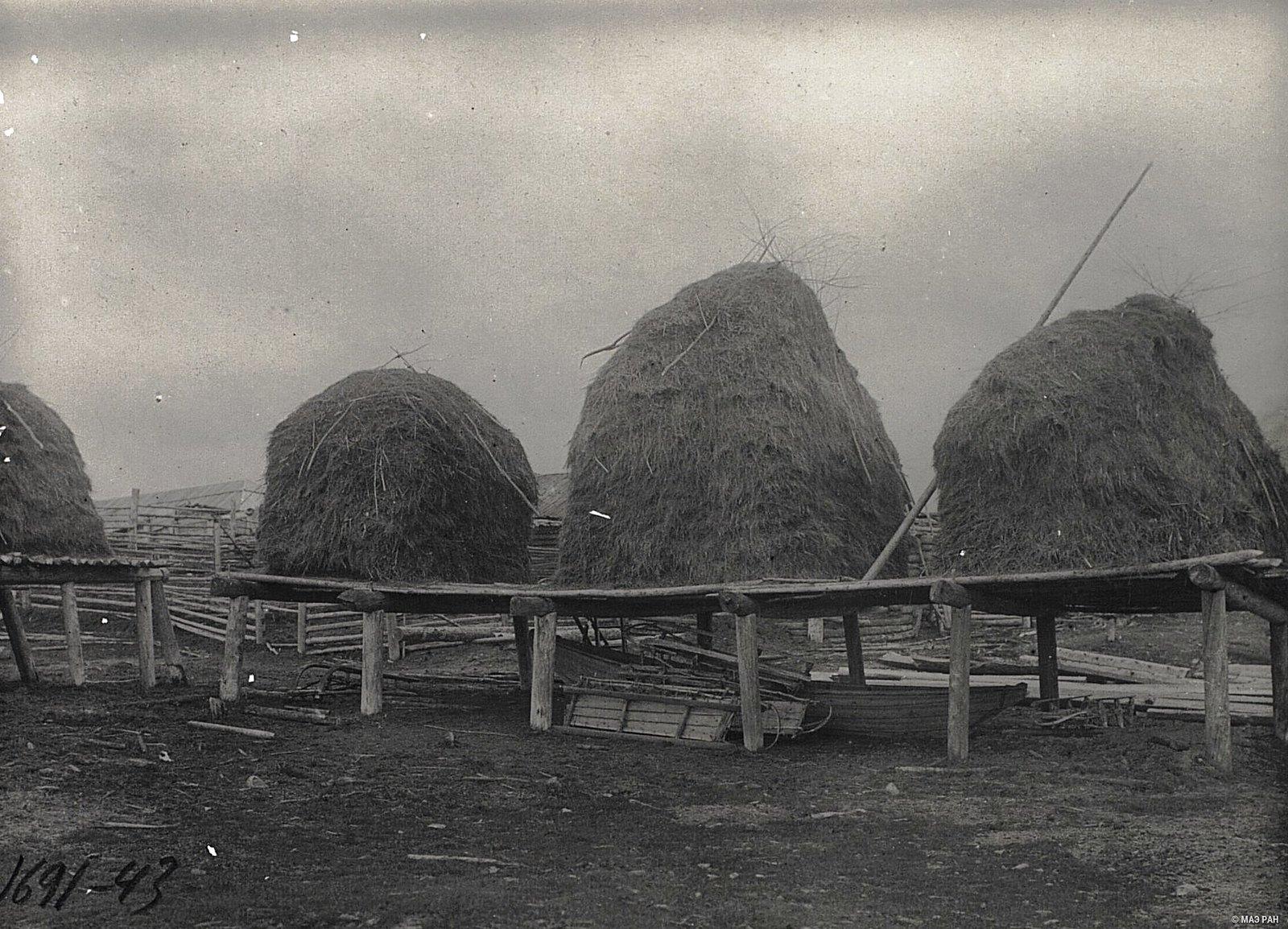 Лабазы для хранения сена, нарты русские, лодки