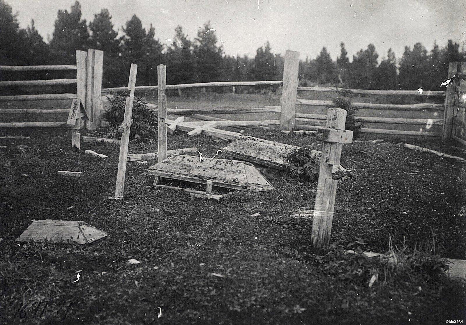 Надгробья на кладбище