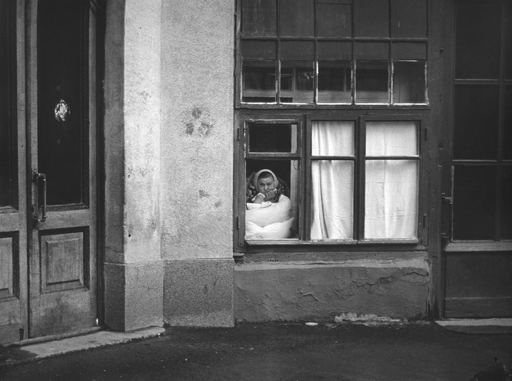 1960-е. «Бдящее око», Наблюдает и все про всех знает. Комната была устроена из подворотни дома № 1.2. «Всюду жизнь»!