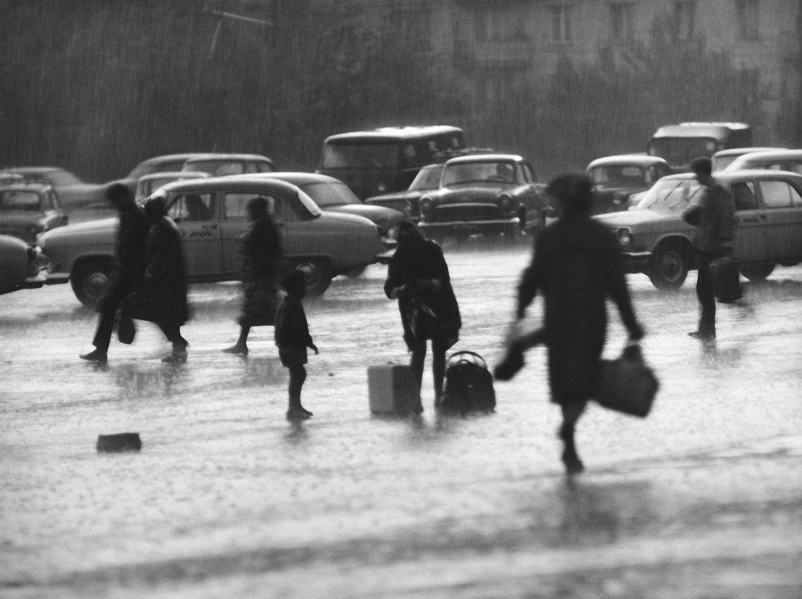 1973. В дождь на Курском вокзале