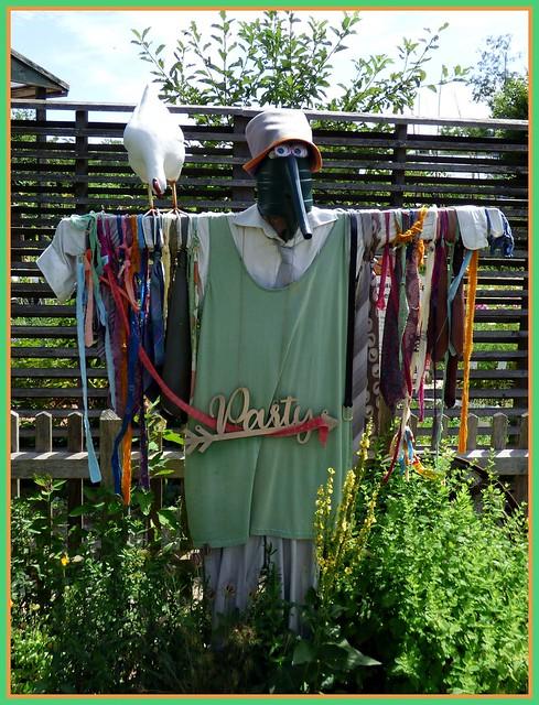 Die schicke Vogelscheuche ... / The stylish scarecrow ...