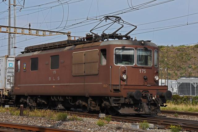 Re 425 175 der BLS durchfährt am 16.09.2020 den Bahnhof Pratteln.