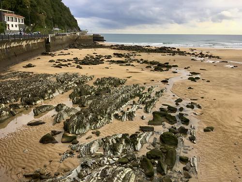 Mareas vivas con la marea baja  en la playa de Zarautz