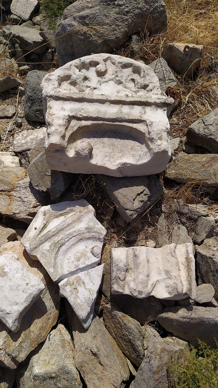 Επιτύμβιες στήλες και τμήματά τους που εντοπίστηκαν κατά την εφετινή περίοδο έρευνας στην Ρήνεια