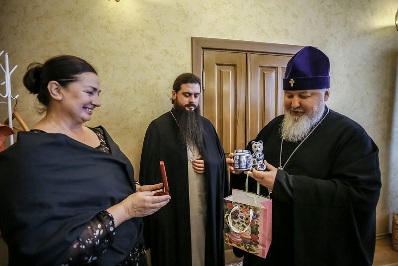 Митрополит Кирилл наградил руководителя информационного отдела епархии медалью «Град Креста»
