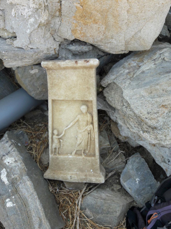 Επιτύμβια στήλη που εντοπίστηκε κατά την εφετινή περίοδο έρευνας στην Ρήνεια