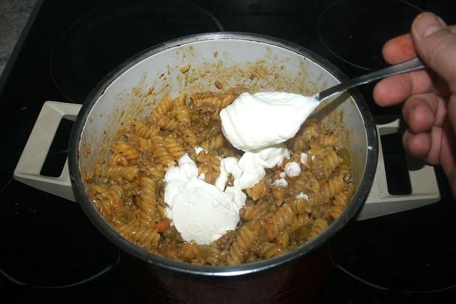 14 - Add sour cream / Sauerrahm dazu geben