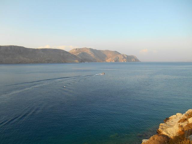 Διασχίζοντας τον γαλάζιο όρμο / Plying the blue bay