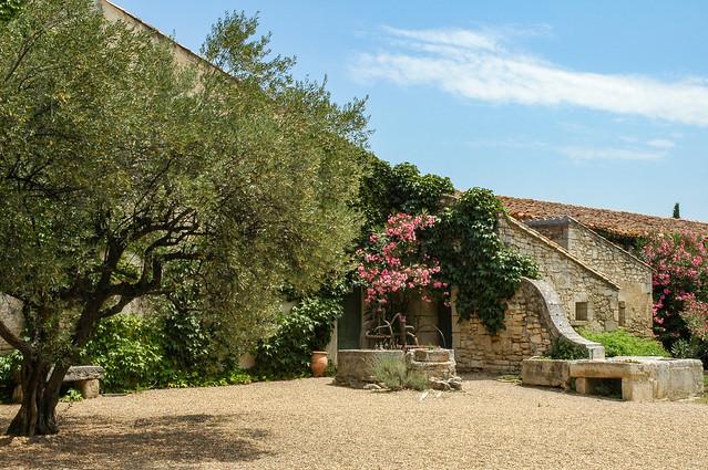 Le mas des Tourelles, un vignoble situé près de Beaucaire et du Rhône, Languedoc-Roussillon (aujourd'hui région Occitanie), France