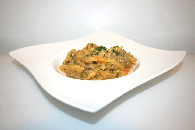 17 - Fusilli pot with bell pepper, peas & carrots - Side view / Spirelli-Topf mit Paprika, Erbsen & Möhren - Seitenansicht