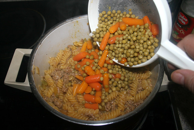 12 - Add peas & carrots / Erbsen & Möhren dazu geben