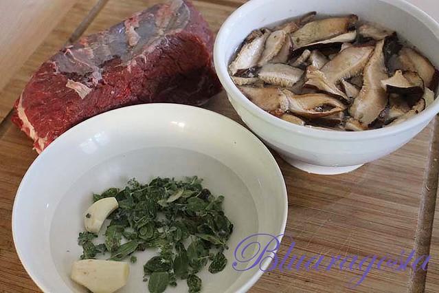 04-aglio, maggiorana, funghi e manzo per u tuccu