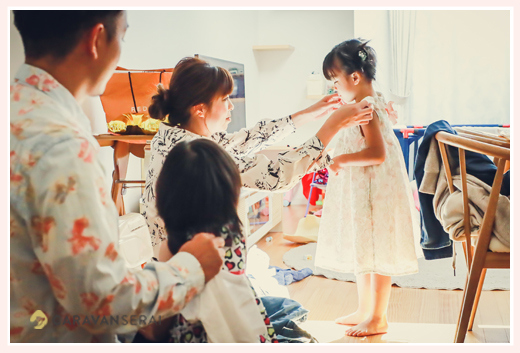 ご自宅で家族写真 ママに手伝ってもらってお着替え