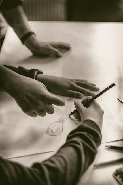 Ces mains qui te guident. Ces mains qui t'expliquent. Ces mains qui t'accompagnent. Les mains du professeur. Hommage à Samuel PATY assassiné le 16 octobre 2020.