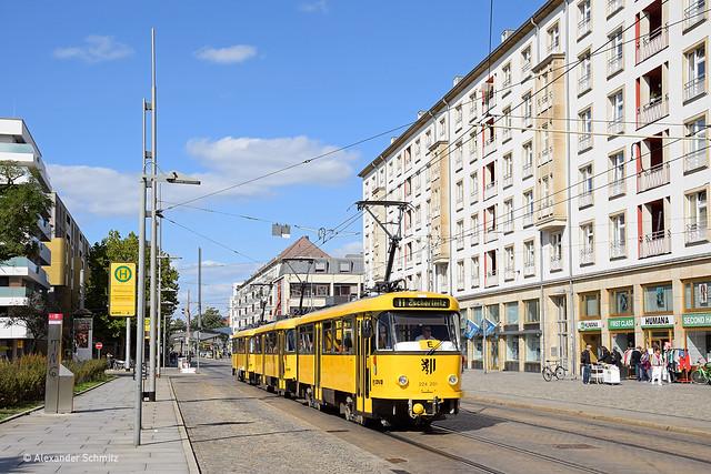 (D) Dresden: ČKD Tatra T4D-MT 224 201, 224 277 und 224 047 auf der Linie 11 in Richtung Zschertnitz nahe der Haltestelle Postplatz