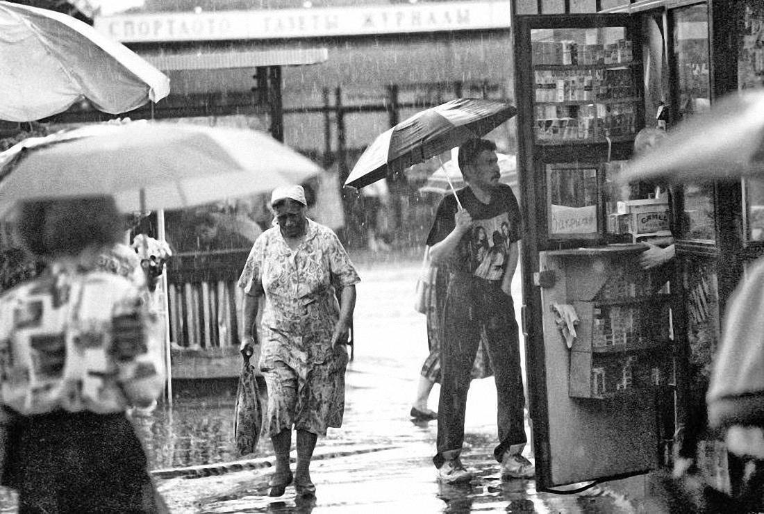 1990-е. Люди в дождь