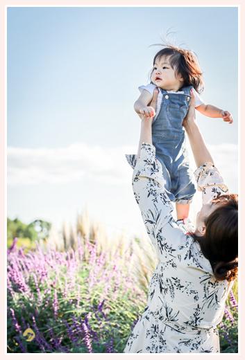 秋のモリコロパークのお花畑で家族写真のロケーション撮影