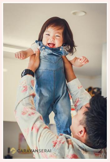 パパに高い高いをされる1才の女の子
