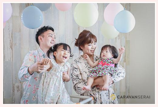 自宅で家族写真 出張カメラマン バルーンで飾り付け