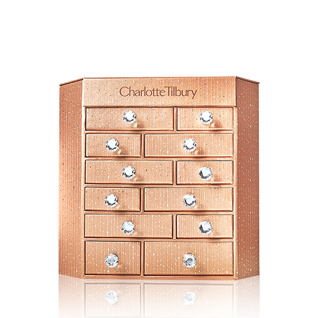 CHARLOTTE_S_BEJEWELLED_CHEST_OF_BEAUTY_TREASURES_CLOSE