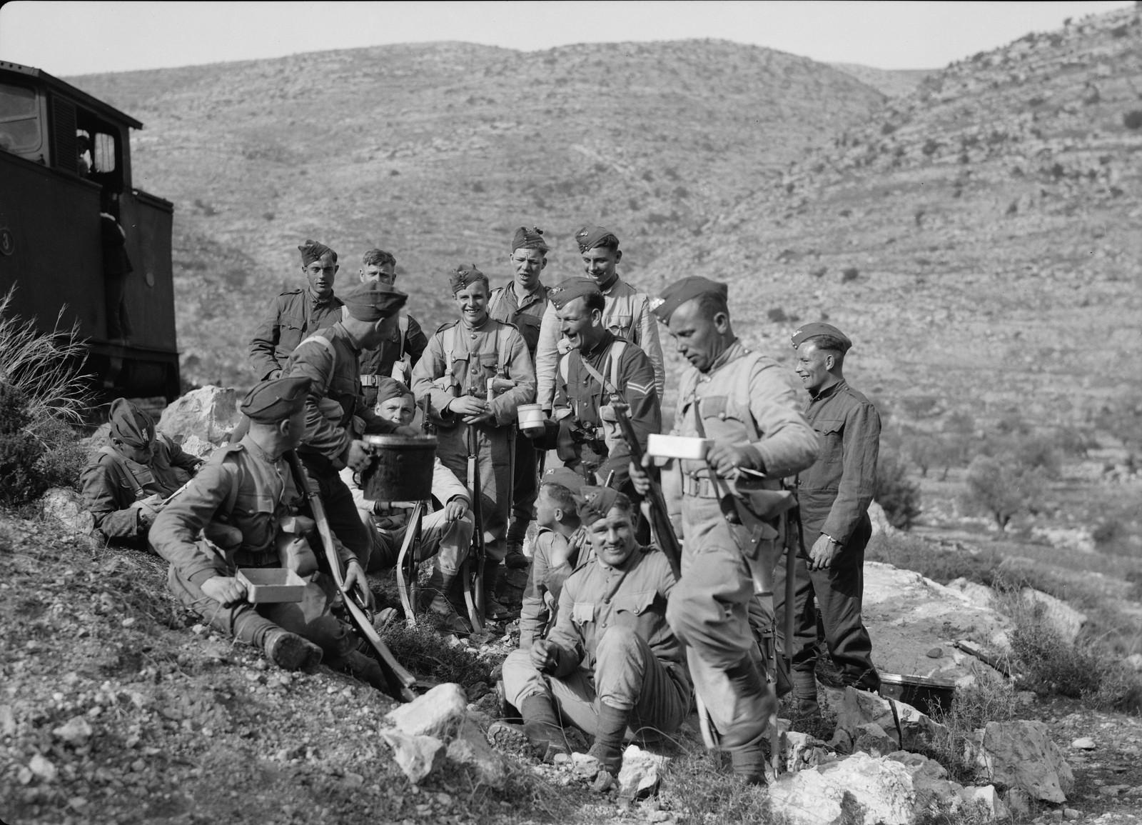 22. Британские войска наслаждаются своим рационом, охраняя железную дорогу Иерусалим-Лод. 20 декабря