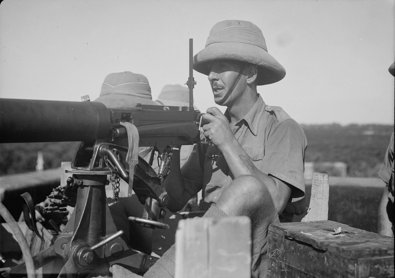 21. Британские солдаты с пулеметом на крыше железнодорожной станции Лод, 31 октября