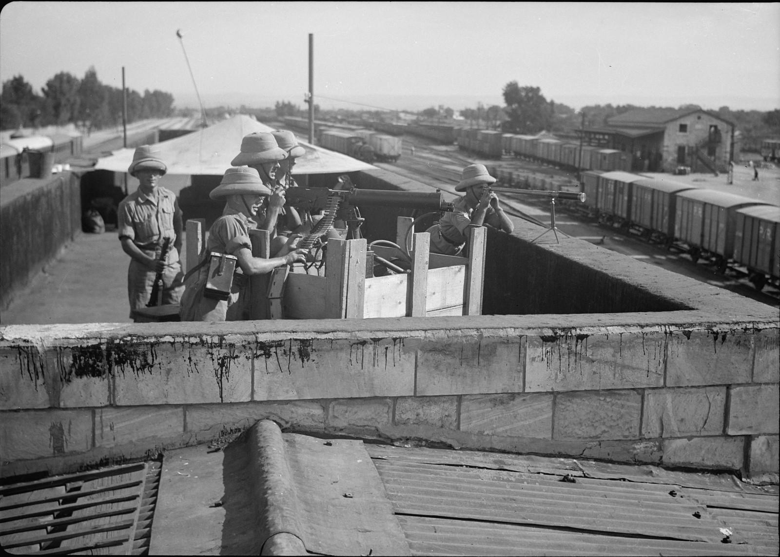 19. Британские солдаты с пулеметом на крыше железнодорожной станции Лод, 31 октября