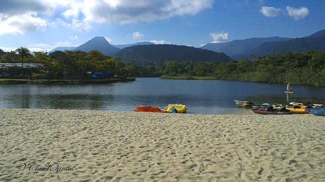 Sand, water, forest, mountains & sky - Areia, água, floresta, montanhas & céu.