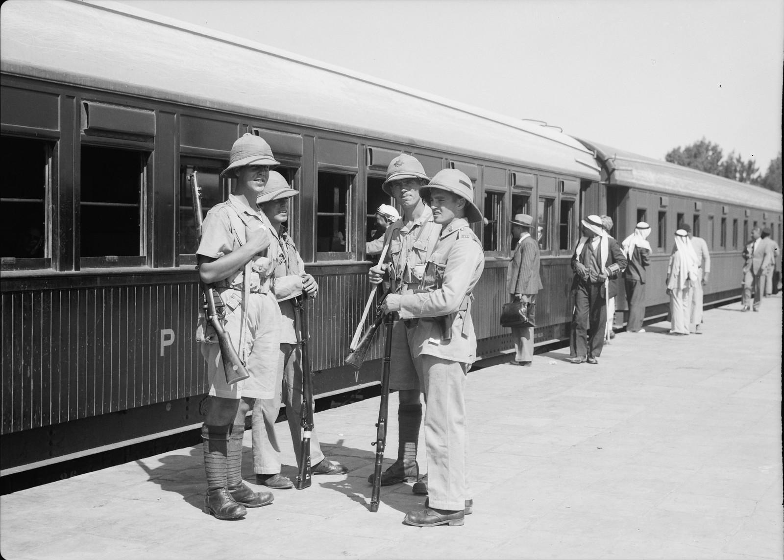 16. Поезд «Кантара» готовится к отправлению со станции Лод с многочисленными охранниками на борту, 12 октября