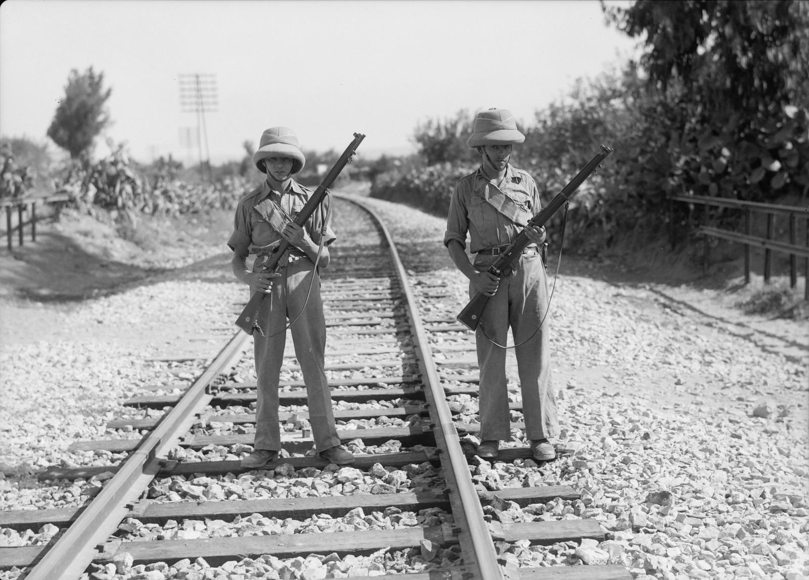 15. Британские войска охраняют железную дорогу возле станции Лод, 12 октября