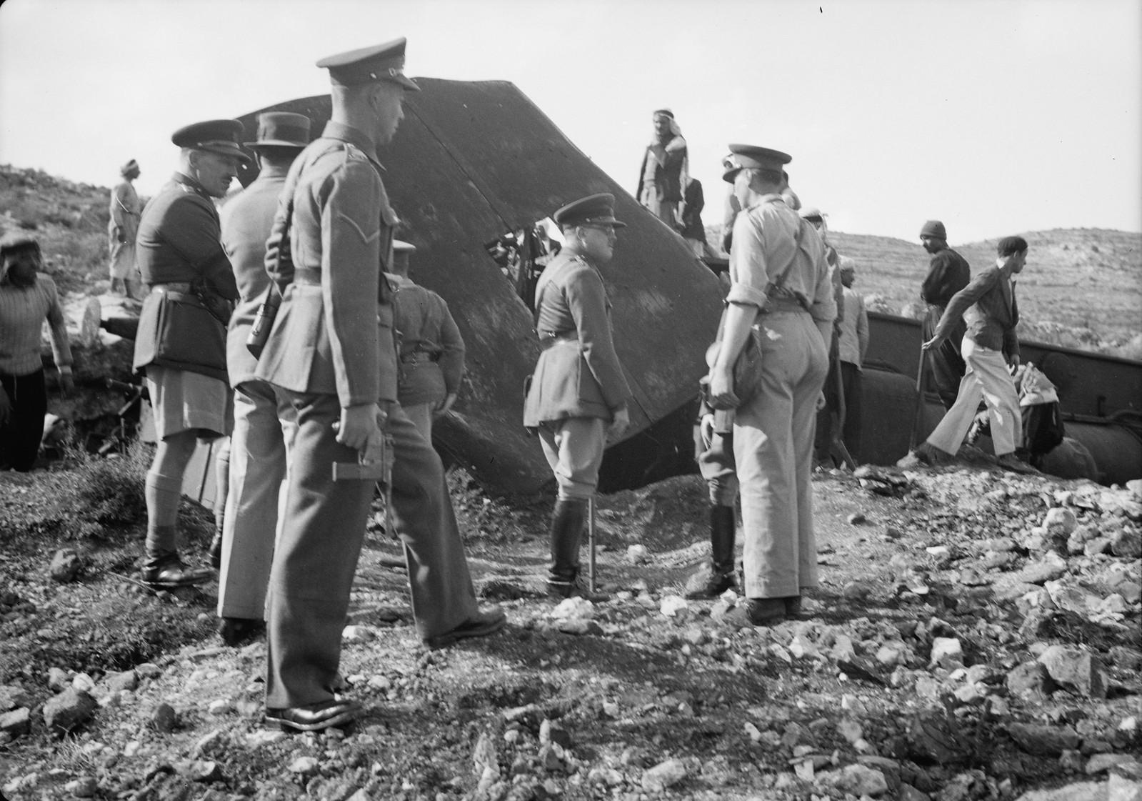 23. Генерал Хайнинг с группой недалеко от места крушения локомотива возле Лода. 20 декабря