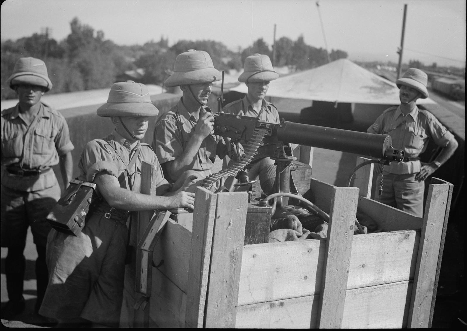 20. Британские солдаты с пулеметом на крыше железнодорожной станции Лод, 31 октября