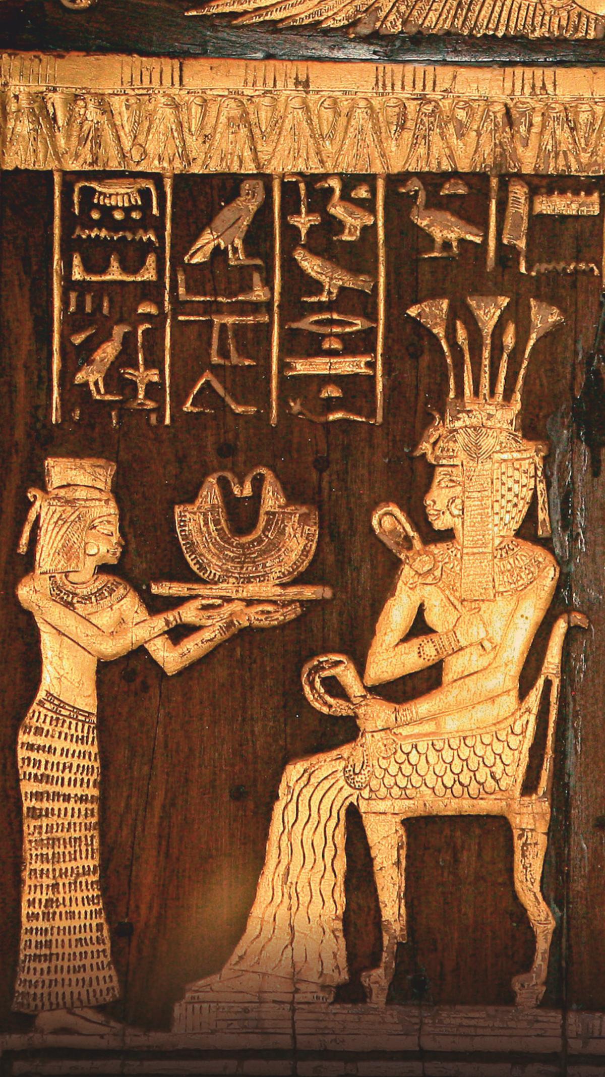 Найденный в гробнице ее бабушки и дедушки в Долине Царей деревянный стул, позолоченный серебром и золотом, украшен именем и изображениями принцессы Ситамун, сидящей на троне (справа), когда слуга предлагает ей подарок