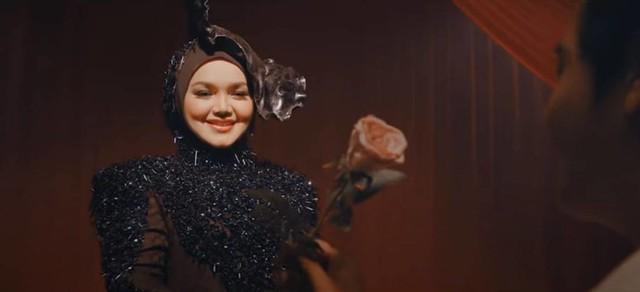 Imej Topi TokTi Dalam Video Muzik SIAPA TAK MAHU Jadi Tumpuan Peminat