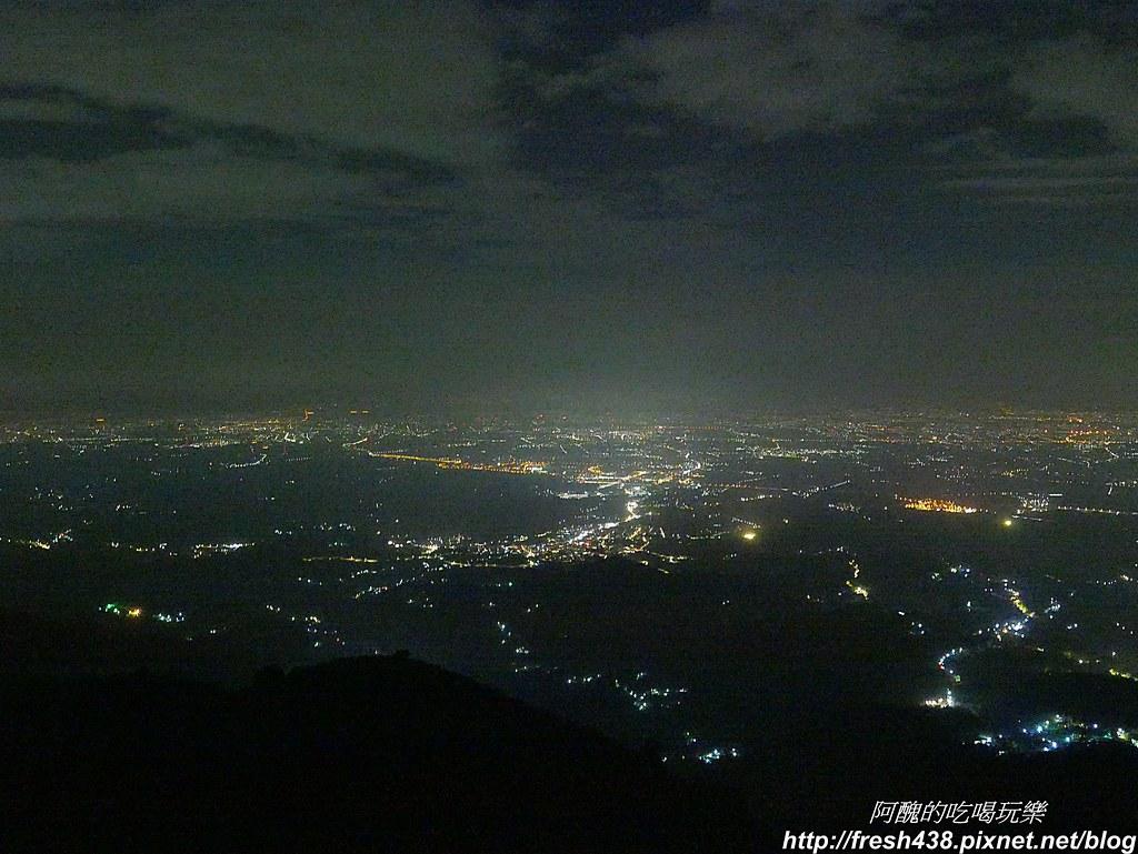 P1850159吃飽後到餐廳附近的梅山龍興宮看夜景