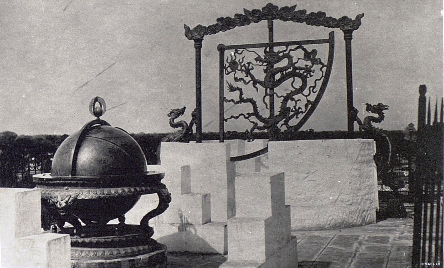 Инструменты из пекинской обсерватории. Небесный глобус и квадрант